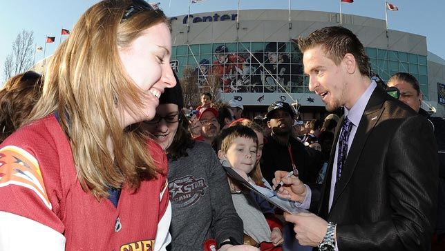 Grabner singing for fans on the red carpet at teh 2011 SuperSkills Competition